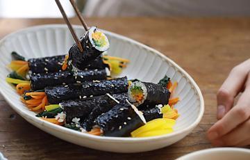 Rong biển cuộn cơm và rau củ