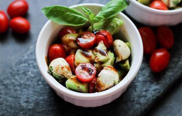Salad bơ cà chua mozzarella