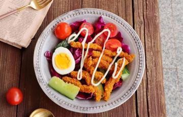 Salad bò chiên giòn