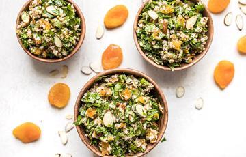 Salad ngò hạnh nhân đào