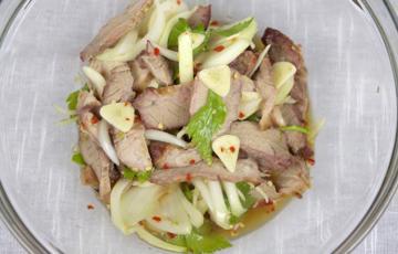 Salad thịt heo kiểu Thái