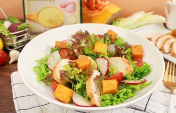 Salad ức gà bí đỏ nướng