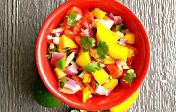 Salad xoài trộn cà chua ớt tươi