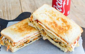 Sandwich kẹp trứng chiên rau củ