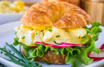 Sandwich salad trứng cầu vồng
