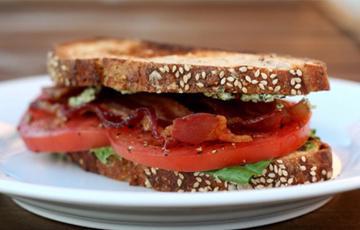 Sandwich thịt xông khói