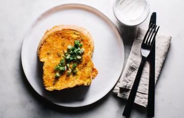 Sandwich trứng phô mai chiên