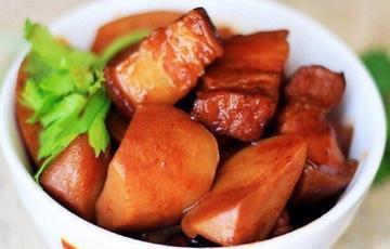 Thịt ba rọi kho khoai sọ