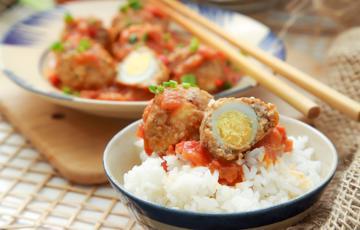Thịt băm bọc trứng cút sốt cà chua phô mai