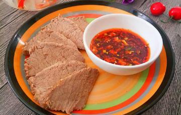 Thịt bò thăn luộc chấm sốt sa tế