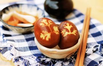 Trứng kho in hình lá