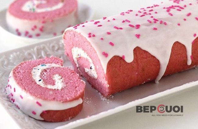 Bánh bông lan cuộn màu hồng