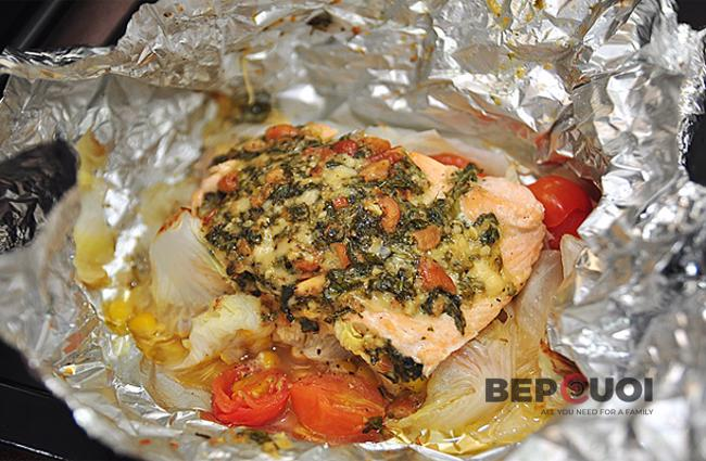 Cá hồi nướng giấy bạc và sốt pesto