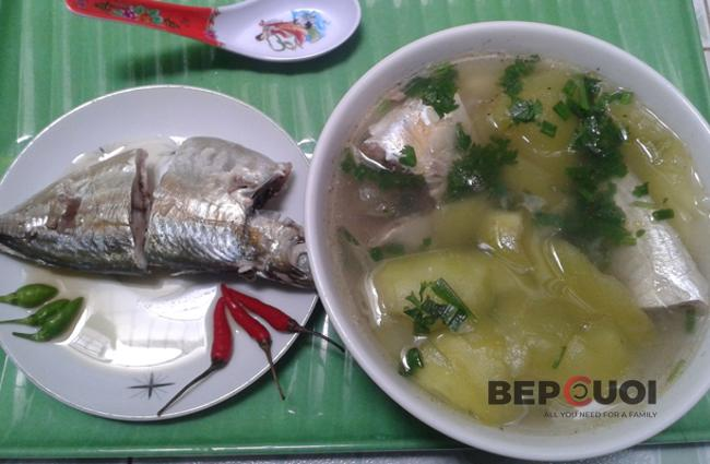 Canh dưa hồng nấu cá