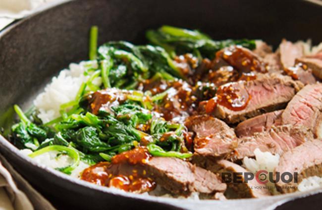 Cơm thịt bò trộn rau chân vịt
