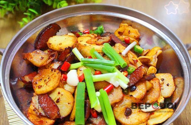 Thịt xông khói xào khoai tây