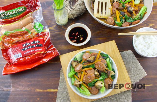 Xúc xích Việt xông khói xào cải thìa